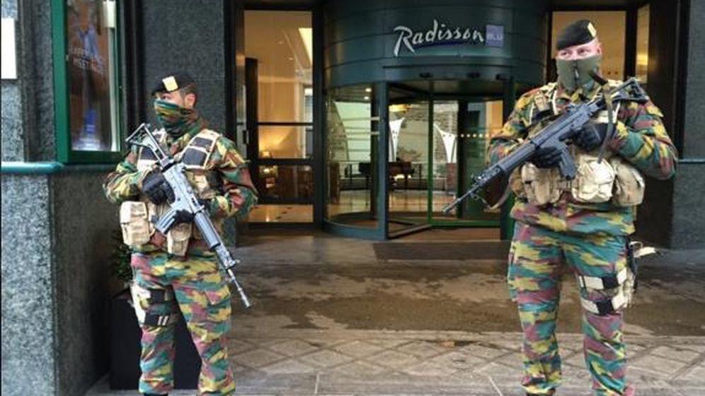 Foto: Soldados en la puerta del Radisson (Twitter)