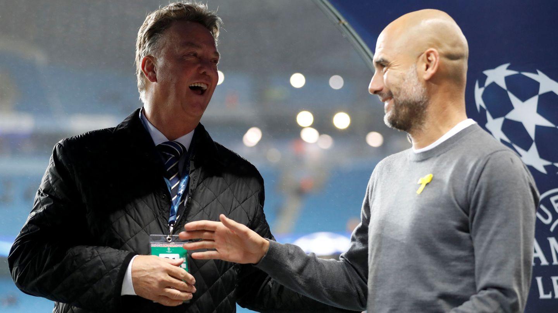Louis Van Gaal y Pep Guardiola charlan antes del Manchester City-Feyernoord de Champions League, en 2017. (Reuters)