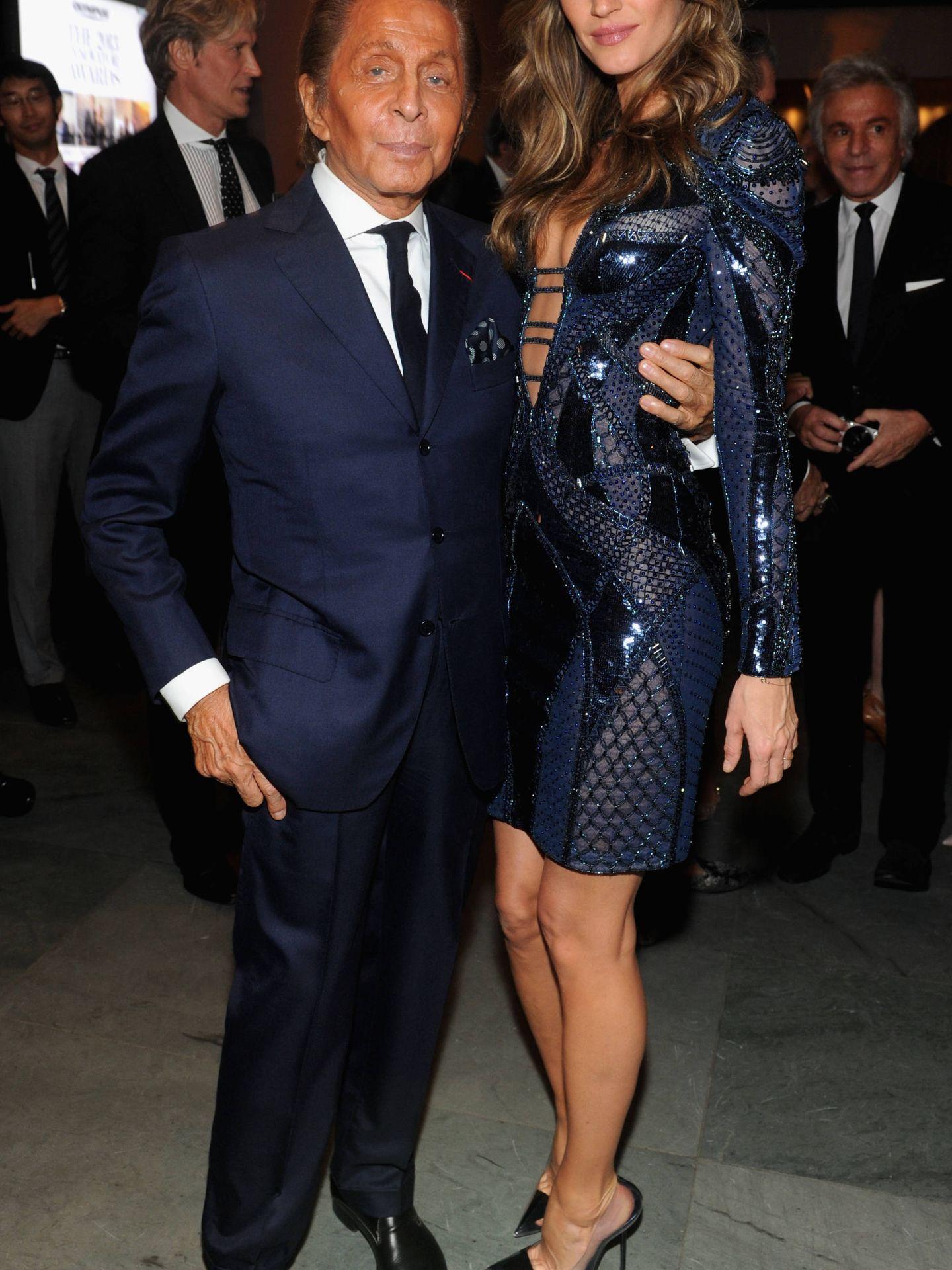 La modelo Gisele Bündchen con el diseñador Valentino (Jaime McCartney/ Getty).