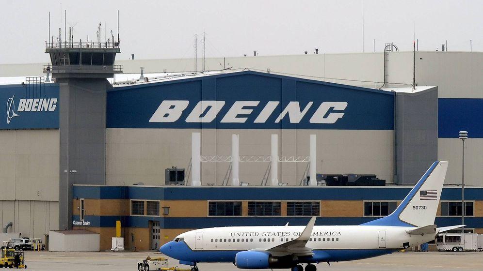 Foto: Fotografía de archivo de un avión del Gobierno de EEUU ante un edificio de Boeing. (EFE)