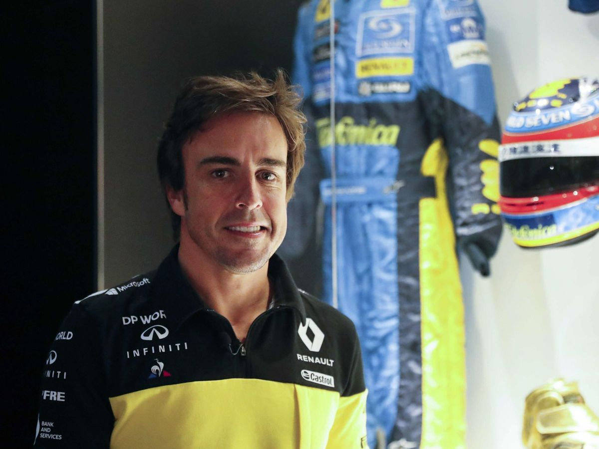 Foto: Fernando Alonso posa con sus nuevos colores de Renault. (EFE)