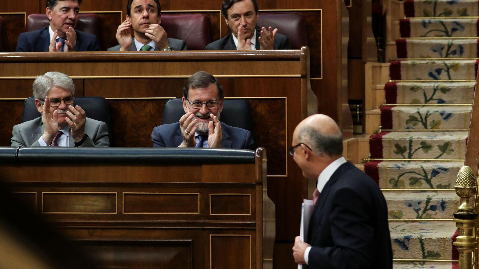 Foto: El ministro de Hacienda, Cristóbal Montoro, ante la mirada del presidente del Gobierno, Mariano Rajoy. (EFE)