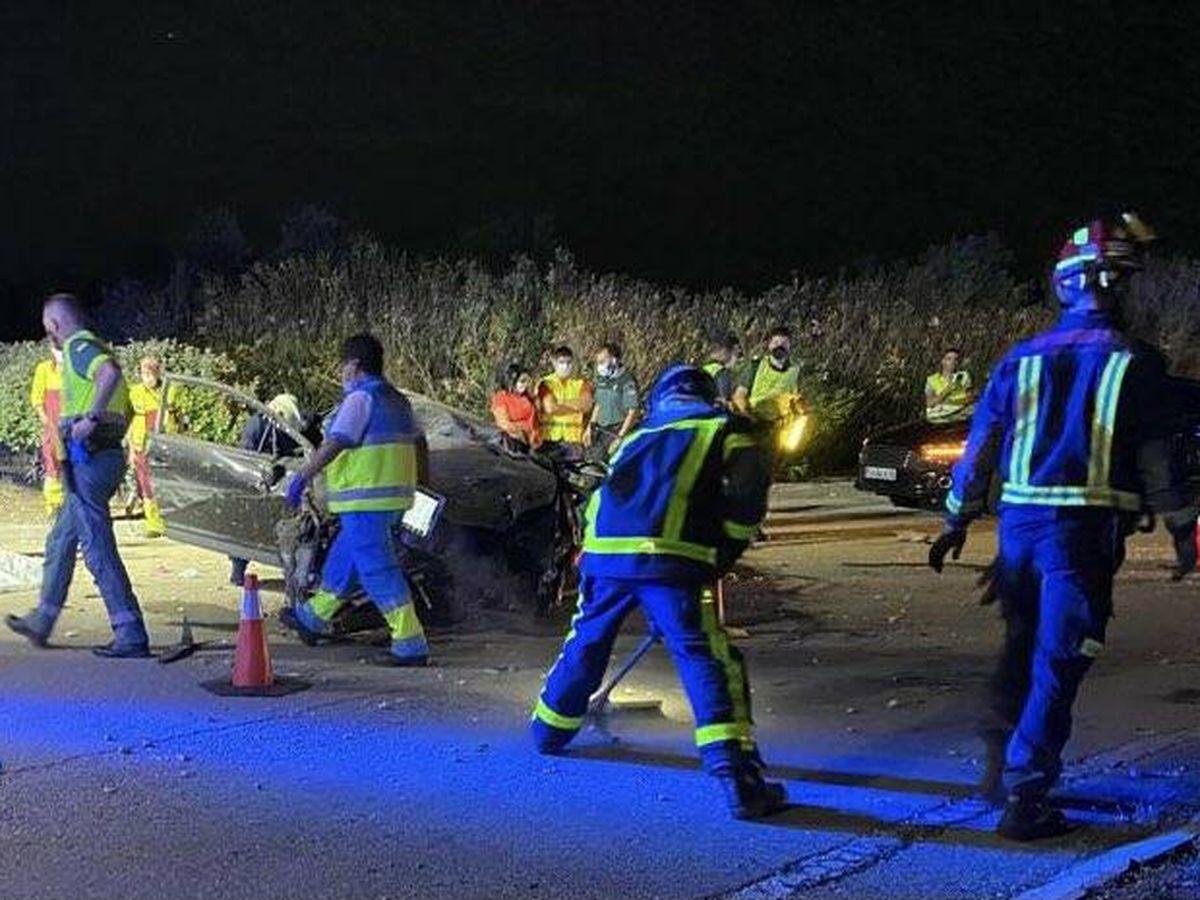 Foto: Emergencias rescata a un joven de su vehículo. (Emergencias Madrid)