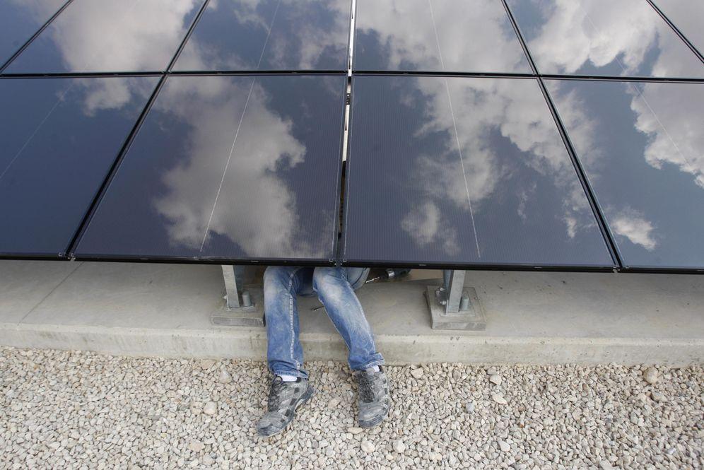 Foto: Un palestino instala paneles solares en la ciudad de Jericó, en Cisjordania (Reuters).