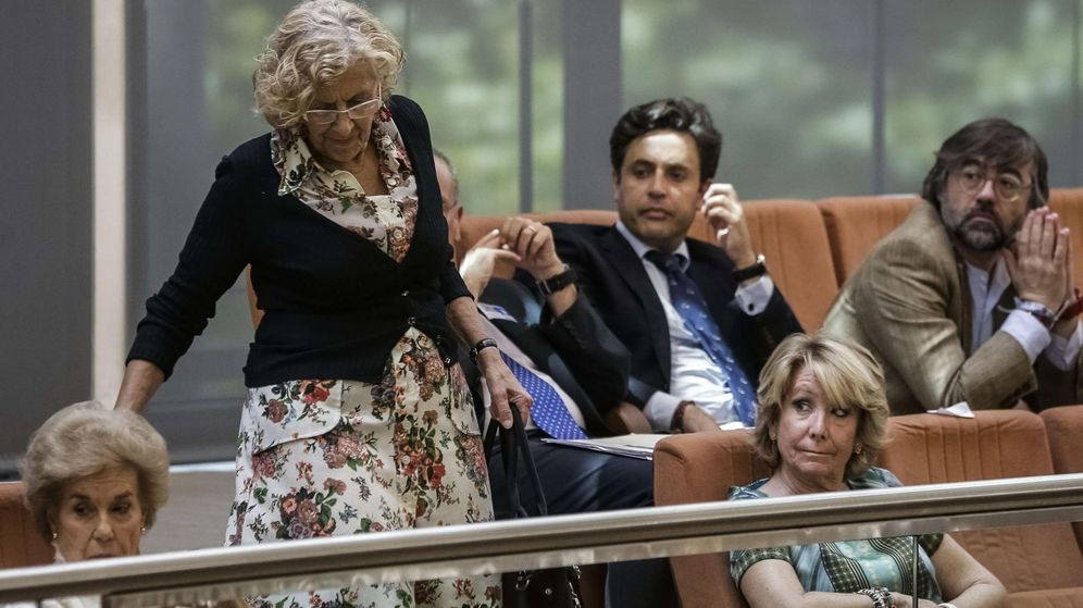Foto: Esperanza Aguirre observa la llegada de la alcaldesa de Madrid, Manuela Carmena, durante el debate de investidura de Cristina Cifuentes. (Efe)