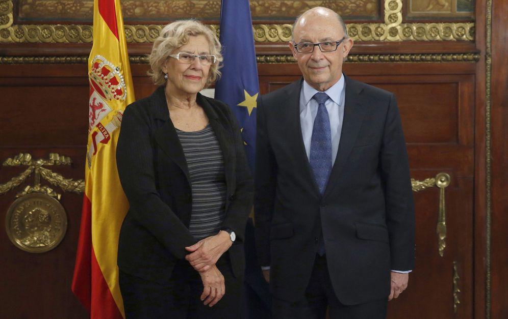 Foto: Manuela Carmena, alcaldesa de Madrid, y Cristóbal Montoro, ministro de Hacienda. (EFE)