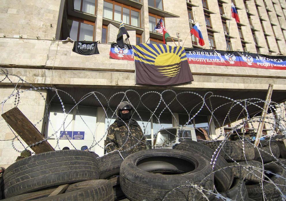 Foto: Un manifestante prorruso tras una barricada erigida frente al gobierno regional en Donestk, Ucrania (Reuters).