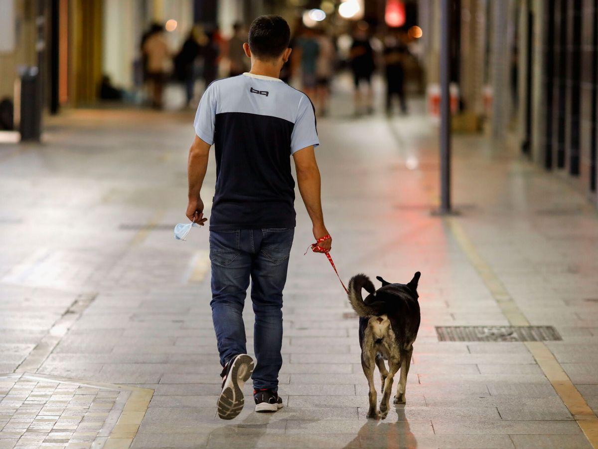 Foto: Un hombre camina por la calle el mismo día que la mascarilla dejó de ser obligatoria en exteriores en España. (Reuters)