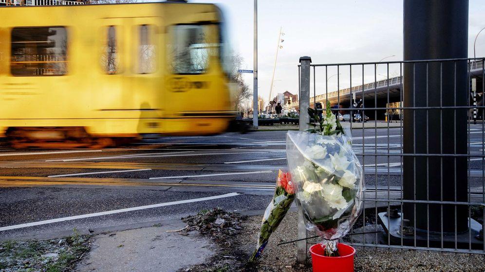 Foto: Un tranvía pasa junto a los ramos de flores depositados en el lugar del tiroteo. (EFE)