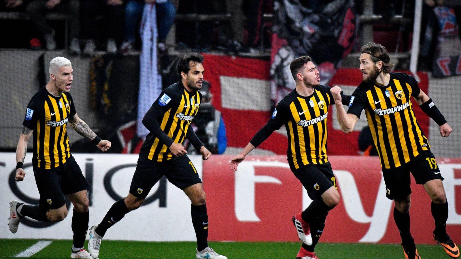 Foto: Chygrynskiy celebra con sus compañeros un gol del AEK. (Imago)