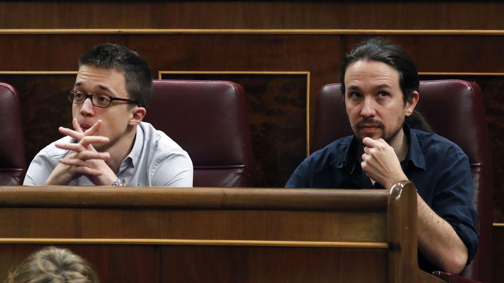 Foto: El líder de Podemos, Pablo Iglesias (d), y el portavoz parlamentario del partido, Íñigo Errejón (i), en sus escaños. (EFE)