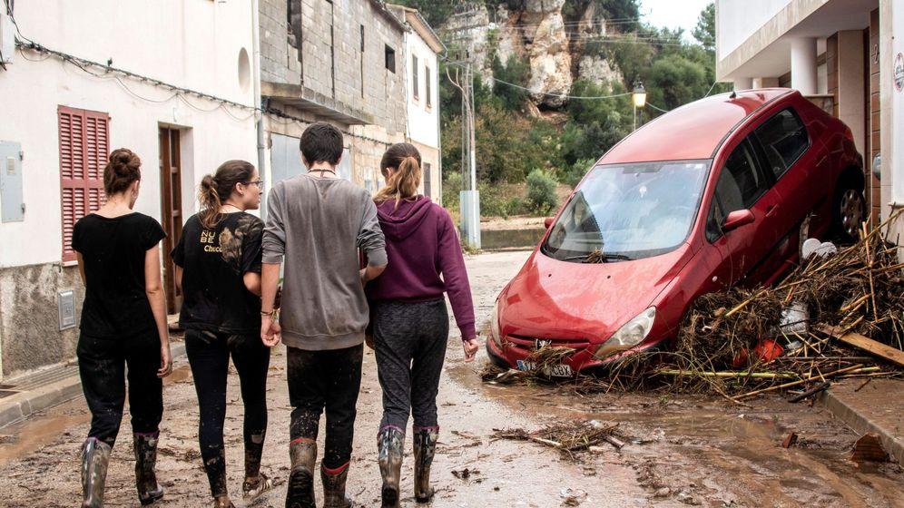 Foto: Vecinos y voluntarios colaboran en la limpieza de las calles de la localidad mallorquina de Sant Llorenç. (EFE)