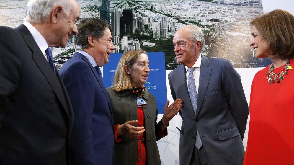 Foto: El presidente del BBVA, Francisco González, junto a Ignacio González, Ana Pastor, Gonzalo Ferre (Adif) y Ana Botella. (EFE)