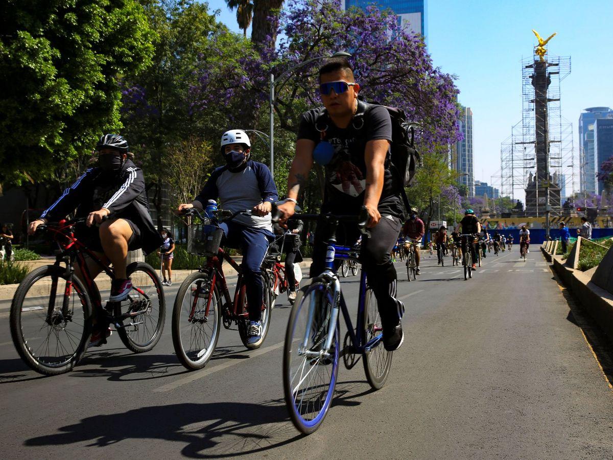 Foto: Varios ciclistas pasean en bicicleta por Ciudad de México. (EFE)