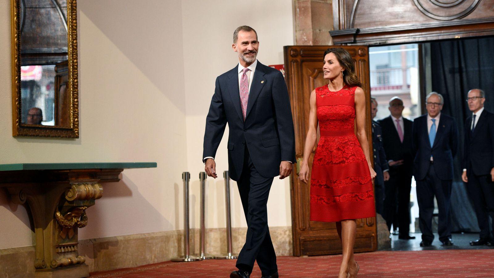 Foto: Los reyes Felipe y Letizia llegan a la recepción por los Premios Princesa de Asturias, este 19 de octubre en Oviedo. (Reuters)