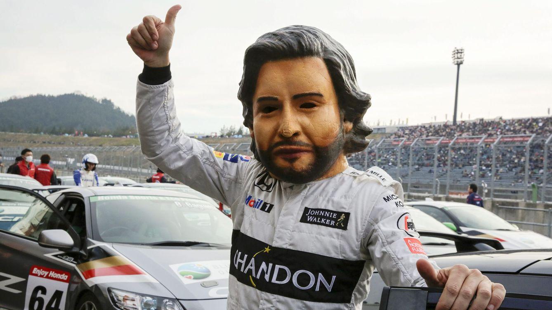 Foto: Fernando Alonso bromea con una máscara de su cara en el circuito de Motegi. (REUTERS)