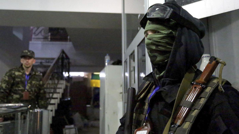 Dos prorrusos no identificados en el interior del edificio tomado en Lugánsk (Efe).