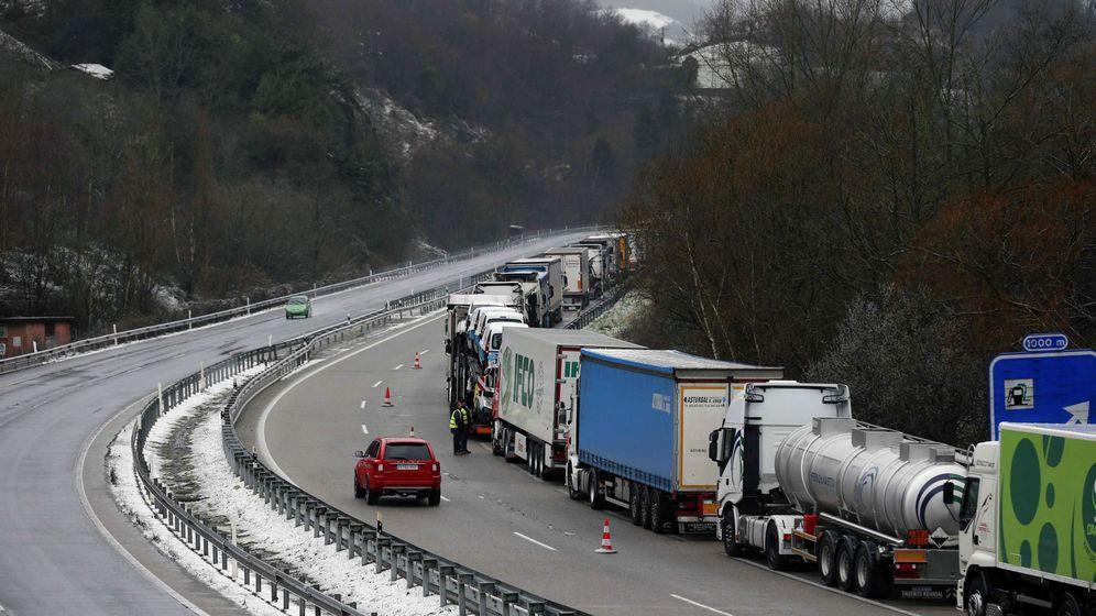 Foto: Los camiones aparcaron en el arcén como en otras ocasiones, pero esta vez fueron multados (EFE/José Luis Cereijido)