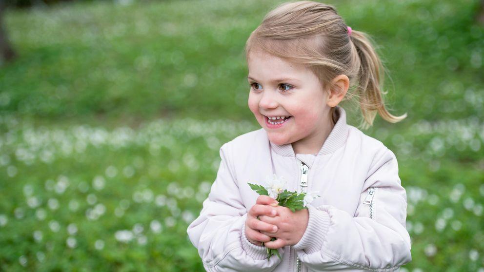 Estelle disfruta de la primavera y los suecos esperan que tenga un hermanito