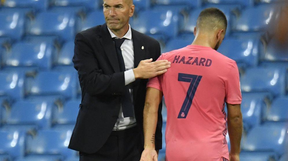 Foto: Zidane consuela a Eden Hazard tras el partido del Real Madrid contra el Manchester City. (Efe)