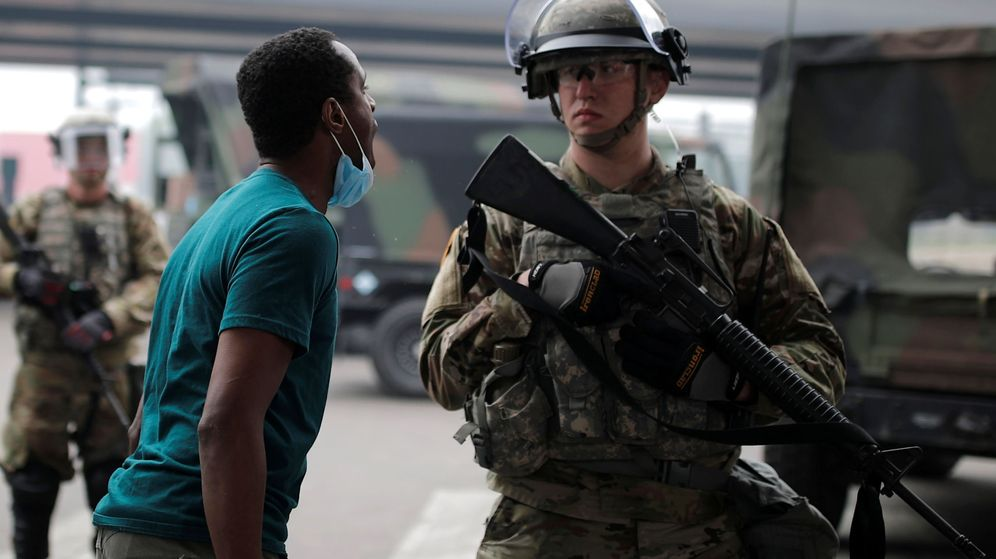 Foto: Un hombre confronta a un efectivo de la Guardia Nacional en Mineápolis. (Reuters)
