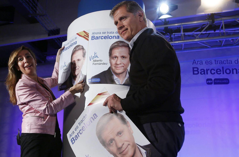 Alberto Fernández Díaz, acompañado de la presidenta del PP catalán, Alicia Sánchez-Camacho. (Efe)