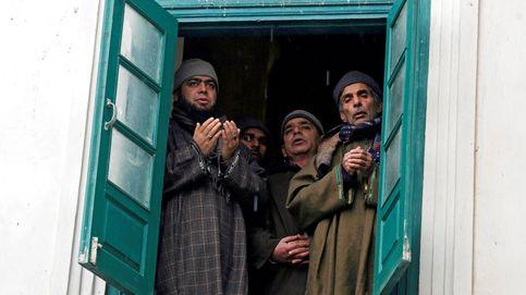 Devotos musulmanes rezan en un santuario de Cachemira