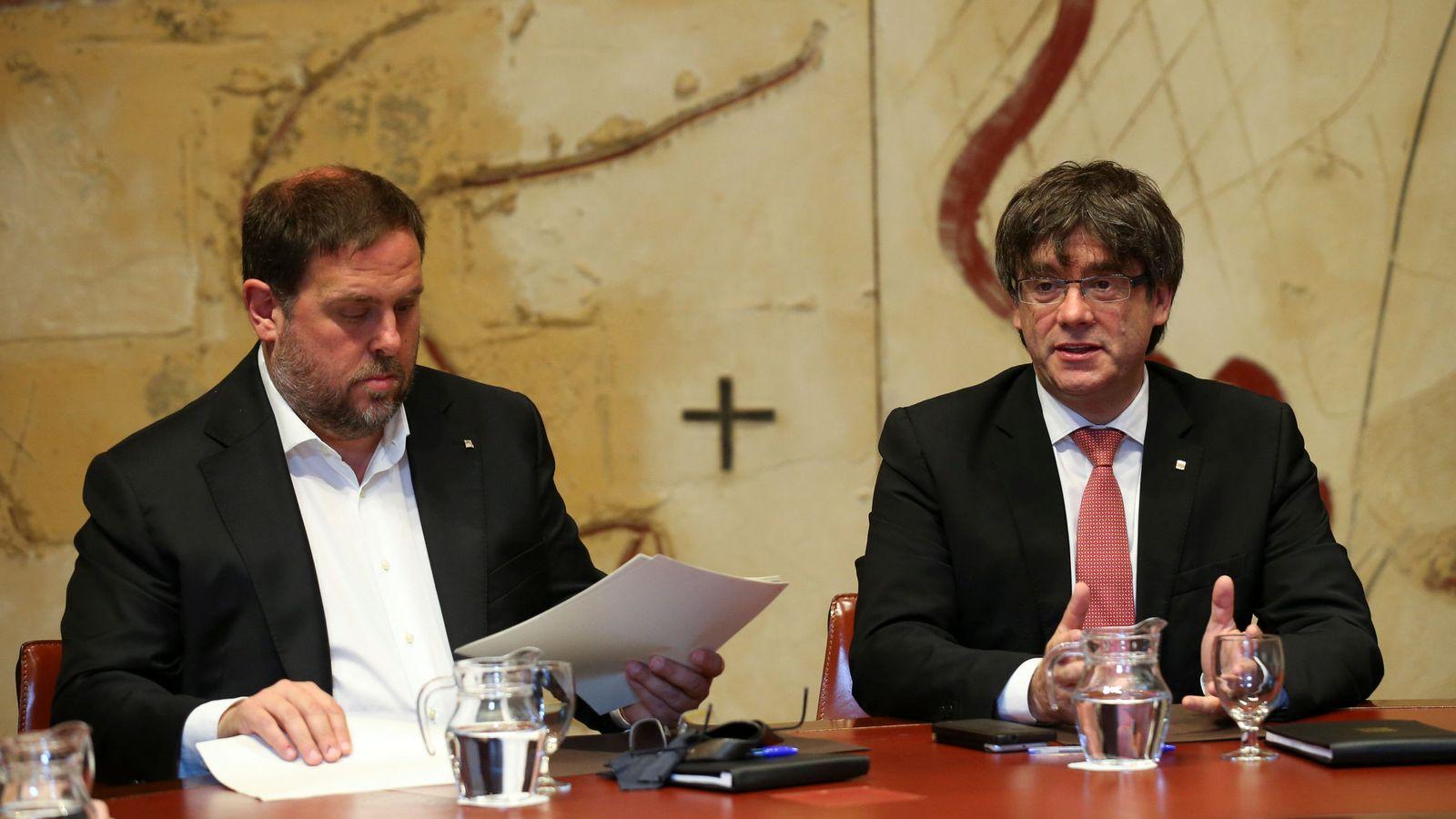 Foto: El presidente de la Generalitat, Carles Puigdemont, junto al vicepresidente catalán, Oriol Junqueras. (Reuters)
