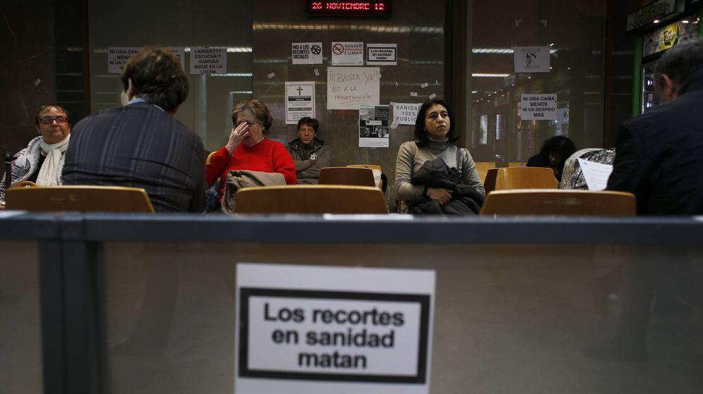 Foto: Pacientes en la sala de espera del Hospital Clínico San Carlos. (Reuters/Susana Vera)
