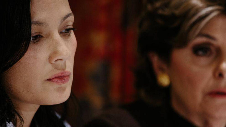 La actriz Natassia Malthe junto a su abogada denuciando a Harvey Weinstein. (EFE)