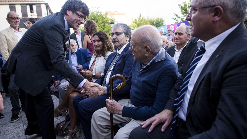 Foto: El entonces 'president' de la Generalitat, Carles Puigdemont (i), saluda al expresidente Jordi Pujol (2d), en una imagen de 2017. (EFE)