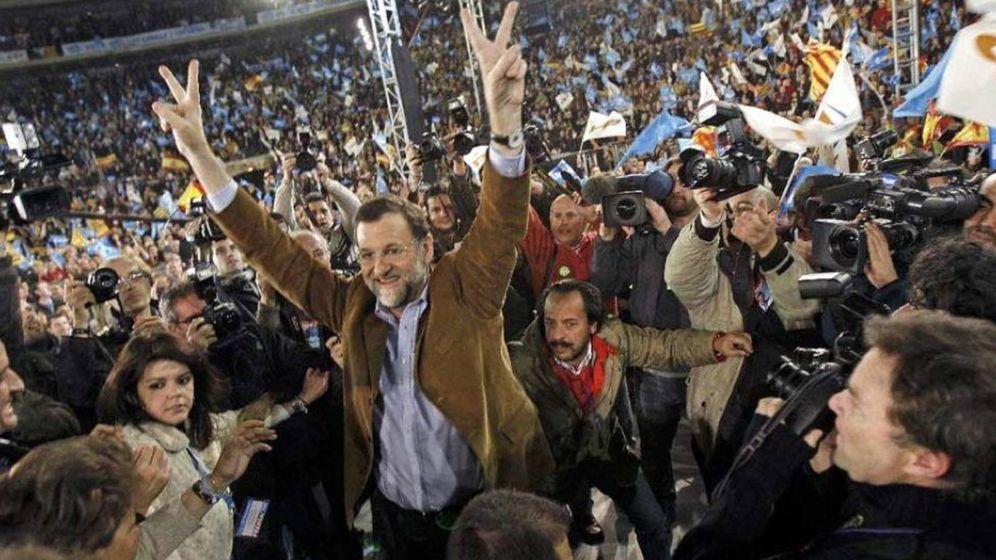 Foto: Rajoy, con Álvaro Pérez detrás, en uno de los mítines de 2008 financiado con dinero opaco. (EFE)