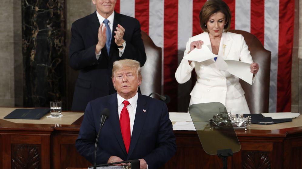 Foto: La congresista demócrata Nancy Pelosi rompe este martes una copia del discurso sobre el Estado de la Unión de Trump tras su intervención. (EFE)
