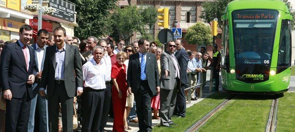 Foto: Tomás Gómez, con el entonces presidente del Gobierno, J.L. Rodríguez Zapatero, ante el tranvía.
