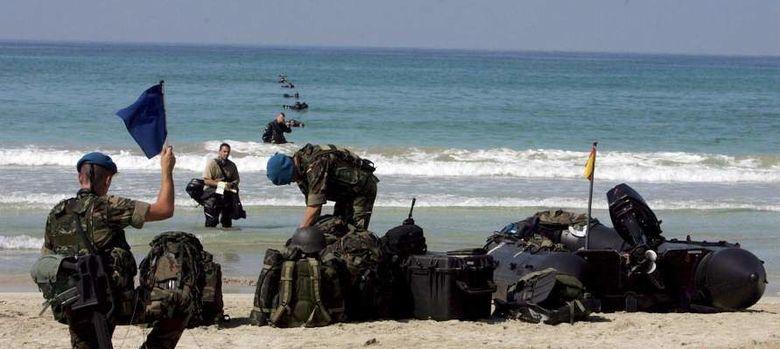 Foto: Soldados españoles realizan controles en una playa de Líbano. (EFE)