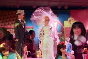 La muestra '50 aniversario de Barbie y Ken' reúne en Tokio 300 muñecas