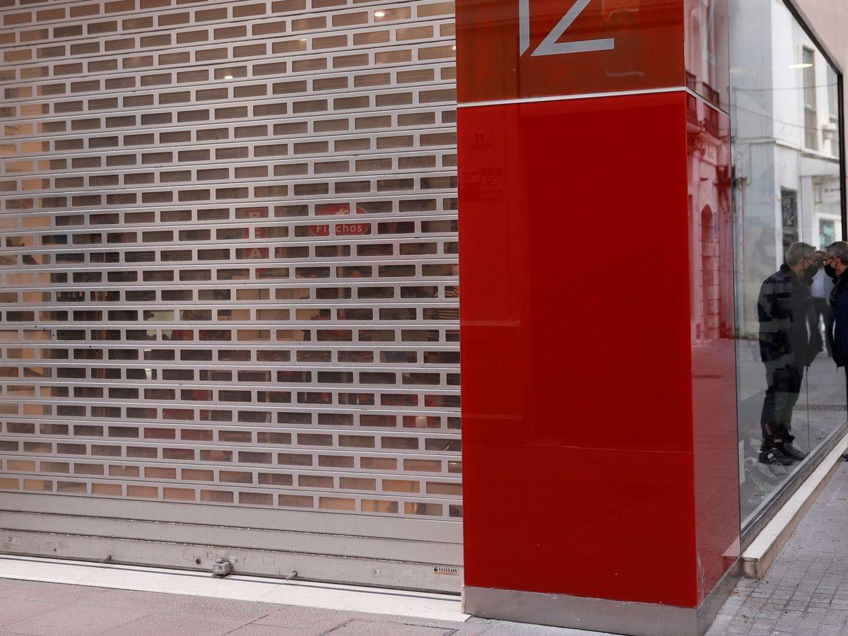 Foto: Un hombre observa el interior de un escaparate cerrado. (EFE)