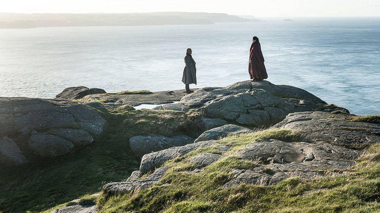 Imagen del tercer capítulo de la séptima temporada con Varys y Melisandre intercambiando opiniones