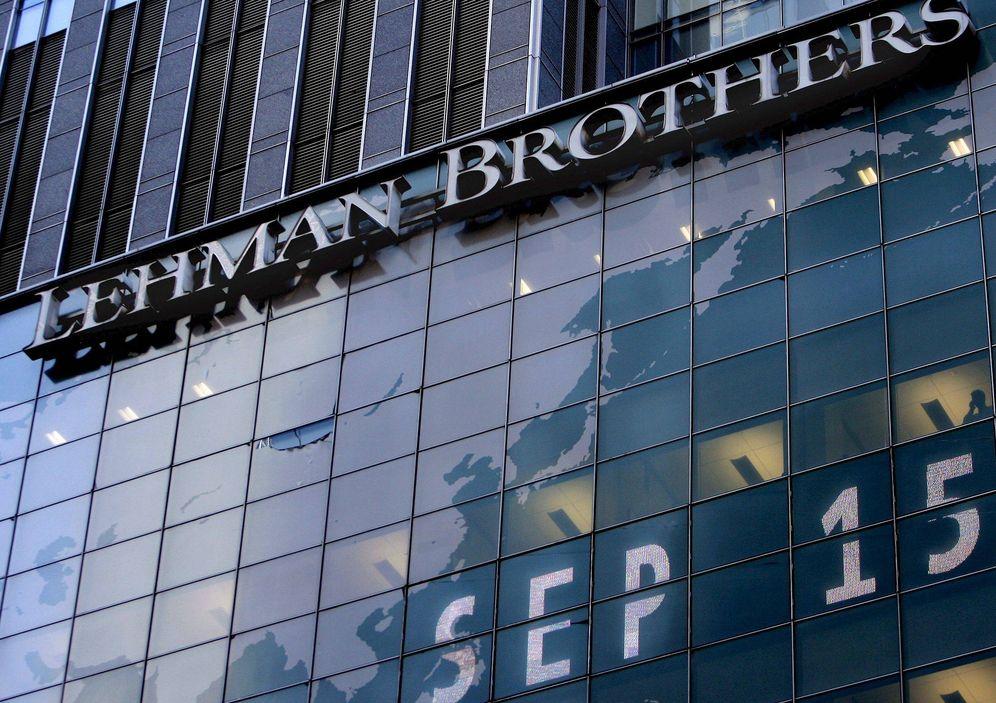 Foto: Imagen del 15 de septiembre de 2008 que muestra la fachada de la sede de Lehman Brothers en Nueva York el día en que el banco se hundió. (EFE)