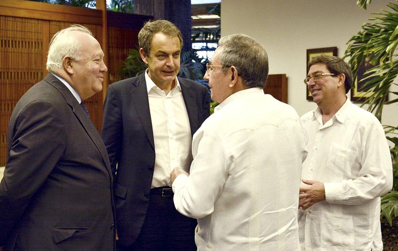 Foto: Fotografía cedida por el diario oficial 'Juventud Rebelde' de la reunión entre Raúl Castro, José Luis Rodríguez Zapatero y Miguel Angel Moratinos (Efe).