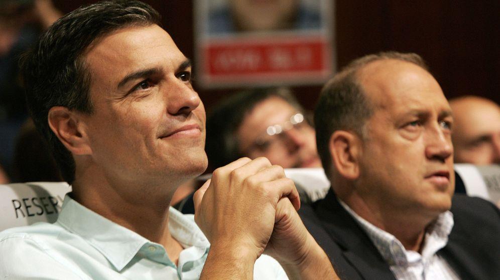 Foto: El secretario general del PSOE, Pedro Sánchez, junto al candidato socialista Xoaquín Leiceaga, en un mitin de la campaña. (EFE)