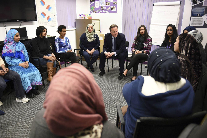 Foto: El primer ministro David Cameron habla con mujeres inmigrantes durante una clase de inglés en un centro de Leeds, el 18 de enero de 2016 (Reuters).