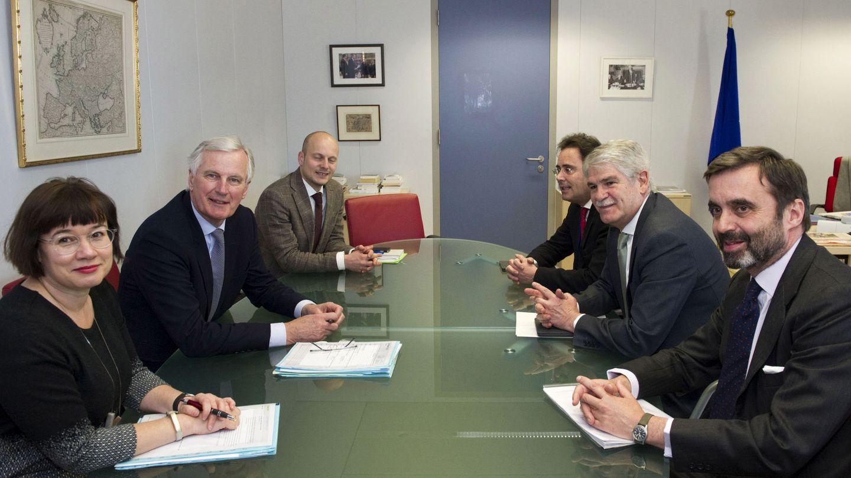 Pablo García-Berdoy (primero por la derecha) en una ruenión con el equipo negociador del Brexit (EFE)
