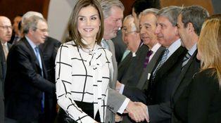 Letizia 'plagia' un modelito de su admirada Rania de Jordania y estrena Roberto Verino