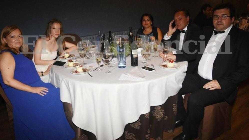 Foto: Imagen de la familia del agresor en el baile del Liceo. (FOTO: Pontevedraviva.com)