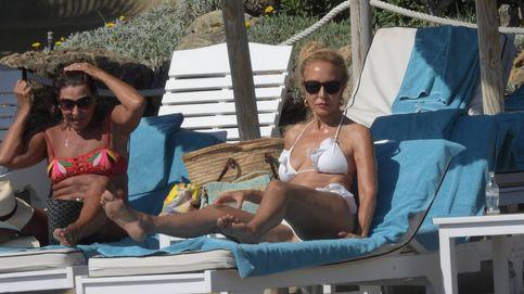 'Lomana come gambas' y luce tipazo a los 70 años en la playa de Marbella