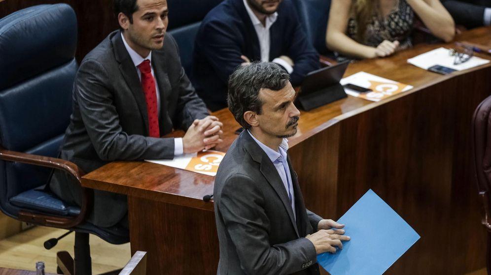 Foto: El diputado regional José Manuel López, de Podemos, al comienzo del primer pleno de la Asamblea de Madrid. (EFE)
