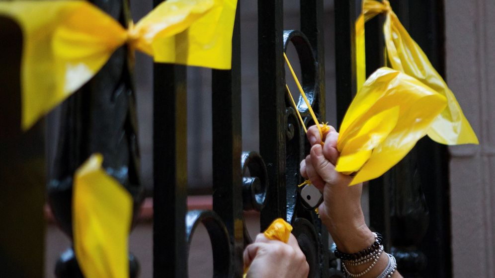 Foto: Grupos de ciudadanos catalanes retiran lazos amarillos en Barcelona. (EFE)