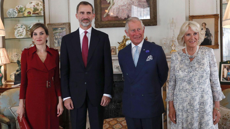 Los Reyes con el príncipe Carlos y la duquesa de Cornualles, en 2017. (EFE)
