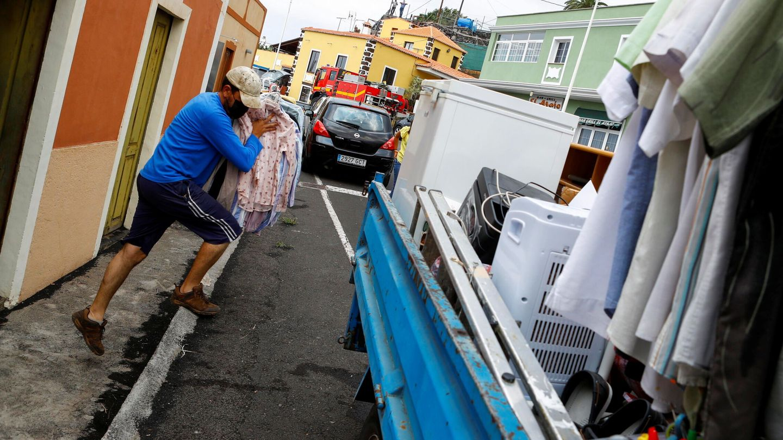 Un vecino de La Laguna evacúa su domicilio (Borja Suárez / Reuters)